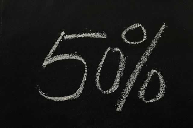 lavagna sfondo nero 50 per cento scritto in bianco a gesso