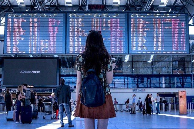immagine di turista in aeroporto